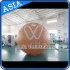 Anunciando o balão inflável com logotipo para a promoção