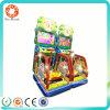De binnen In werking gestelde Jonge geitjes die van de Arcade Muntstuk de Machine van het Videospelletje springen