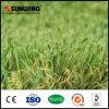 Hierba falsa sintética del verde que pone del césped