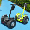 Individu équilibrant le scooter électrique de deux roues