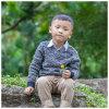 男の子のための子供のセーターに着せている子供