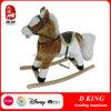 Лошадь крытой спортивной площадки тряся ягнится игрушка
