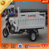 Abrir el triciclo del cargo para las mercancías que llevan