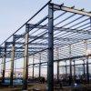 La construcción de acero con equipos en casa de la pollería