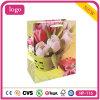 Bolso de compras blanco y rosado del papel revestido de los tulipanes