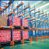 Sistema de transporte de paletes para armazenamento de alta densidade