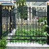鉄の細工した庭の塀かゲートの塀