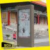 Movimiento en sentido vertical al aire libre que hace publicidad de la exhibición de la cartelera (item268)