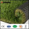 Barata poniendo la alfombra de césped artificial de plástico verde