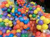 子供のギフトによって着色されるおもちゃの海の球