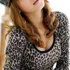 Camiseta baja del leopardo del cuello de la mujer caliente atractiva
