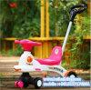 Triciclo del bebé del estilo de la historieta con la maneta del empuje