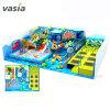 De kinderen spelen de Zachte Speelplaats van de Dia, de Lange Apparatuur van de Pool van de Bal van de Dia