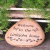 Pedra gravada creativa no jardim