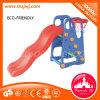 Os pequenos brinquedos de plástico desliza no interior das crianças Parque infantil