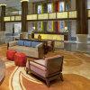 Sofà di legno su ordine dell'ingresso dell'hotel del tessuto per il centro di ricezione