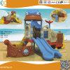 Le bateau pirate de la conception d'enfants à l'extérieur de l'équipement de terrain de jeu en plastique