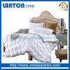 Le blanc de satin à la maison de l'hiver de textile piquent vers le bas