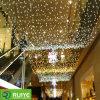 A corda gigante do diodo emissor de luz ilumina as decorações comerciais do Natal ao ar livre