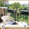 Жилом железным балконом на поручне