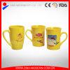 Tazza di ceramica gialla di Lipton nella figura differente
