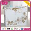 La ropa blanca del modelo de Rose del oro calza la bolsa de papel del regalo