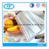 Ménage transparent empaquetant les sacs en plastique de nourriture sur le roulis