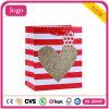 El corazón del día de tarjeta del día de San Valentín hace las bolsas de papel románticas del regalo a mano de los cosméticos de la boda