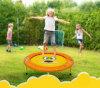 Trampoline dos miúdos com equipamento ao ar livre do cerco