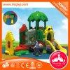 Kleiner Kindergarten-Plastik schiebt im Freienspielplatz-Gerät mit Wurzel