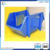 Crianças que estudam prateleiras da mobília dos miúdos com armazenamento plástico