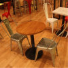 金属のTolixの椅子(SP-CS215)を食事する型のレストラン