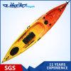 Рыболов сидит на верхней персоне Kayak 1