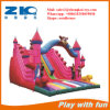 Un château gonflable en usine pour les enfants