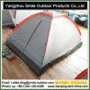 灰色のドームのキャンプテントを収納する一時日よけ雨