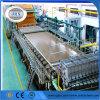 Verpackender Papierproduktionszweig Braunes Packpapier, das Maschine herstellt