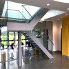 Escalier droit de double balustrade en verre latérale de qualité avec la lisse enduite blanche