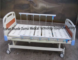 Economy Patient Care Hospital Furniture 2 Section Mechanical Ward Bed pictures & photos