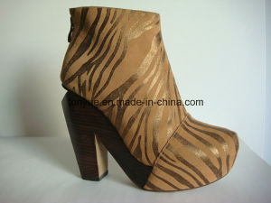 Lady Leather Thick Wooden Heel and High Platform Texture Upper Short Boot pictures & photos