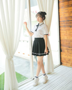 Girls School Unifroms with Skirts pictures & photos