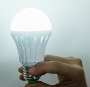 2015 Hot Sale Rechargeable LED Bulb 7W (4-5Hours Emergency Time)