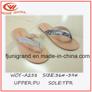 2016 Fashion Design Comfortable Ladies Flip Flop pictures & photos