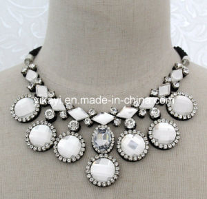 Lady Fashion Jewelry White Glass Crystal Pendant Collar Necklace (JE0198) pictures & photos