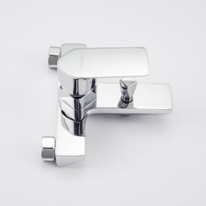 Contemporary Bathtub Faucet with Chrome Finish pictures & photos