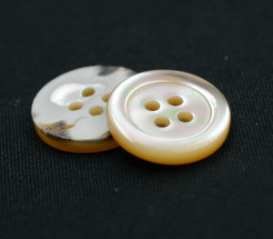 4 Holes New Design Natural Button (T-003) pictures & photos