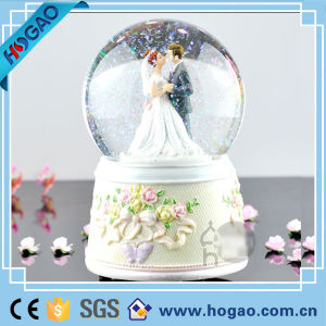 Resin Love Snow Globe for Weedding Decoration New Couple pictures & photos
