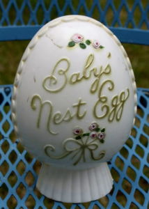Vintage Still Bank Baby′s Nest Egg Early Plastic Plakie Piggy with Stopper White pictures & photos