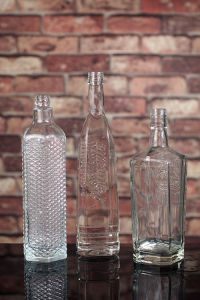 Custom Made 750ml Clear Glass Liquor Bottle pictures & photos