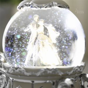 Resin Snow Globe Wedding with LED and Music Function pictures & photos