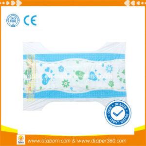 魔法テープが付いている通気性のスリープの状態である赤ん坊のおむつ